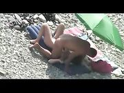 Coppia nude sesso a spiaggia girato su telecamera voyeur