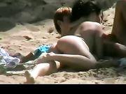Ragazza sexy facendo pompini in spiaggia