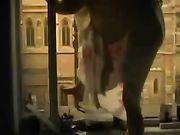 Voyeur Video di una ragazza masturbarsi sul balcone