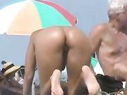 Sexy nudo culo di donna girato in spiaggia