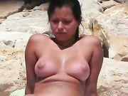 Una donna nuda filmata su telecamera voyeur