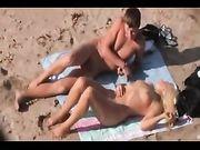 Spiaggia sesso video con coppia amatoriale catturato dalla macchina fotografica voyeur