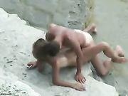 Coppia amatoriale girato facendo sesso in spiaggia