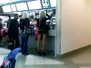 Ragazza con minigonna girato in luogo pubblico