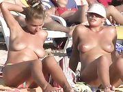 Ragazze nude in spiaggia