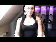 Una ragazza tedesca sexy si masturba su una webcam