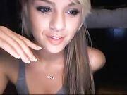 Una ragazza bionda carina appare nuda in webcam