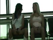Due ragazze che si toccano in luogo pubblico