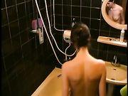 Donna spiata sotto la doccia