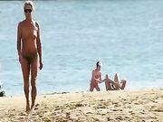 Una moglie matura in topless in spiaggia