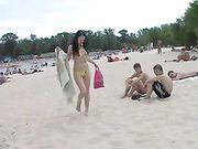 Ragazze nude su una spiaggia pubblica