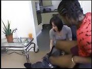 Una donna carina fa sesso con un uomo nero