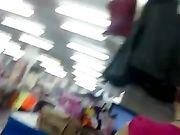Una ragazza sexy in pantaloni molto stretti è girata su una telecamera nascosta