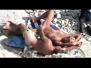 Coppia nuda interferito avendo sesso in spiaggia