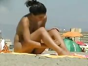 Sexy donna nuda in spiaggia