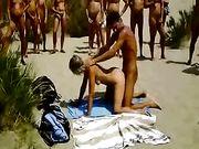Coppia fa sesso su una spiaggia con il pubblico