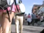 Candid camera di una ragazza con pantaloni molto corti illustrato culo