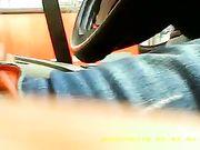 Un ragazzo si masturba in auto mentre una donna lo vede