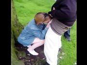 Coppia donna fa sesso orale da due uomini di colore nel bosco