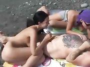 Sesso in spiaggia con due donne e un uomo