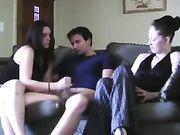 Una ragazza strofina cazzo mentre la ragazza li guarda