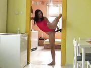 Una donna flessibile utilizza un dildo per penetrare la figa
