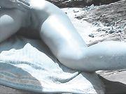 Dito nel culo di moglie alla spiaggia nudista
