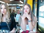 Due ragazze mostrano le loro tette in un luogo pubblico