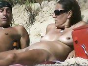 Una moglie nuda in spiaggia sulla telecamera nascosta