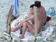 Pompino in spiaggia con una coppia russa