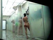 Le donne nudi nelle docce vengono girate su una telecamera nascosta