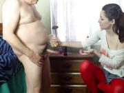 Una ragazza aiuta un vecchio a masturbarsi