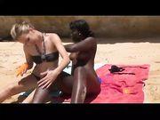 Sesso in tre in spiaggia con una ragazza bianca e una ragazza nera
