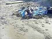 Uno sconosciuto eiaculare su una donna nuda in spiaggia