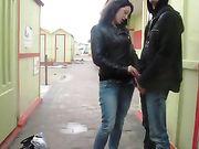 Sesso all'aperto e pompino amatoriale con la fidanzata