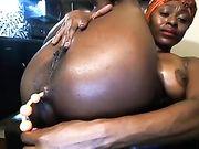 Una donna nuda di fronte alla webcam con un dildo nel suo culo