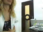 Un medico femminile è nudo all'armadietto