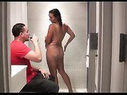 Il giovane fa sesso con una mamma cornea nella doccia