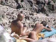Una mamma nuda è filmata in spiaggia